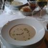 Blumenkohlsuppe mit Lachswürfeln und Kerbelöl