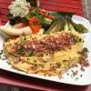 Bauernfrühstück mit Holsteiner Katenschinken, sauren Gurken und fruchtigem Salat.