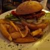 Crispy Chicken Burger - 100 g Hähnchen mit Knusperpanade, mit Eisbergsalat, Tomate, Remoulade, Sweet Chili und Fritten