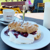 Kirschwindbeutel / Cappuccino / kalte Alm-Milch