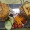 """""""Kloßburger"""" – mit Hackfleischsteak, belegt mit Tomate, Zwiebel, Käse und Barbecue-Sauce zwischen zwei angebratenen Kloßscheiben"""