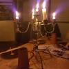 spärliche Kerzenleuchterbeleuchtung am Tisch