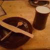 Tonteller und Holzbesteck mit Bierkrug