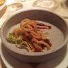 Amuse 1: Geschabtes Knochenfleisch vom Rippchen mit Röstzwiebeln, Romasalat und BBQ Sauce