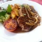 Foto zu Pfungstädter Brauereigasthof: Zwiebelrostbraten (vom Rumpsteak) mit geschmorten Zwiebeln, serviert mit Bratkartoffeln, einer angegrillten Tomate