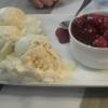 Vanilleies mit heißen Kirschen