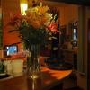 Frische Blumen auf der Theke
