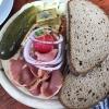 Brotzeitteller mit Käse und selbstgeräuchertem Schinken (9,90€)