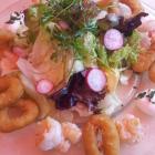 Foto zu Gasthof Rose: Der Blattsalat mit Garnelen und Tintenfischringen