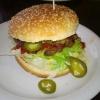 6. K.O. BURGER scharf (7,50 €) – Jalapenos, Chili-Mayo und Salsasauce & Caipi