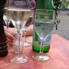 Tisch mit Secco, Wasser und Gewürzen