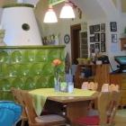 Foto zu Landgasthof Herzogin Anna: netter Kachelofen im Gastraum