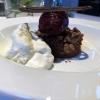 Walnussbrownie mit Crème Chantilly und Cassissorbet