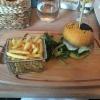 Burger mit Fritten