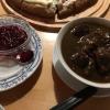 Hirschgulasch mit Spätzle und Salat (14,80€).