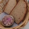 Brot und rohe rote Zwiebeln