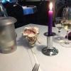 Eingedeckter Tisch und Mineralwasser