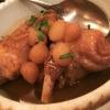 Stifado kouneli – Kaninchen geschmort mit Perlzwiebeln & Mavrodfni-Rotweinsauce