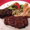 Saftig gegrilltes Rumpsteak vom argentinischen Weiderind, mit grob geschrotetemSteakpfeffer, Kräuterbutter und knackigem Salat, Baguette
