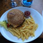 Foto zu Trödelkeller: Burger mit Pommes