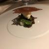 Mousse von Caraibe und Dulce Schokolade / Lorbeercremeeis / gesalzenes Limettenkaramell, Zaunerbse, Blutampfer