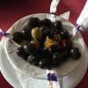 Gruß aus der Küche-ein Schälchen grüner und schwarzer Oliven in Knoblauchsoße