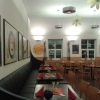 Restaurant mit langem Ledersofa