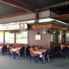 Foto zu Pizzeria Bei Ambrosino: Außenansicht mit Tischen
