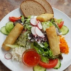 Foto zu Zur Weiher Schleife: Toller Salatteller mit knusprigen hausgemachten Frühlingsrollen