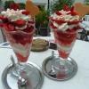 Große Erdbeerbecher mit Sahne