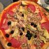 Capricciosa mit Tomatensauce, Mozzarella, Vorderschinken, Salami, Champignon und Artischocken ( 7,90 € )