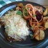 Das Hüttenschnitzel(gefüllt mit Schinken und Weißkrautschmand und Käse überbacken) mit Kartoffelecken