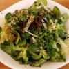 Kleiner Salatteller mit Kräutern