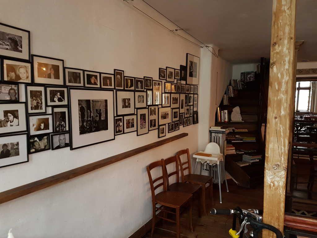 Rund Um Das Schöne Galerie Geländer Stehen Verschiedene Einfache Tische Mit  Unterschiedlichen Holzstühlen. Von Bistro Bis Wohnküche, Einfach, Rustikal,  ...