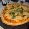 Pizza-Spezialität Mimi mit Tomatensauce, Mozzarella, Gorgonzola, Spinat und Lachs (klein 11,90€)