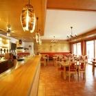Foto zu Schätzlhof: Das Restaurant mit Theke