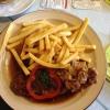 Wiener Zwiebelrostbraten mit Pommes frites und Salat  (9,50 €).