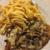 Schnitzel mit Pilzrahmsauce und Pommes (12,50 €).