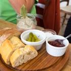 Foto zu Zucker & Salz - Cafe am alten Rathaus: Pastete mit Chutney, Gürkchen, Salz und Brot