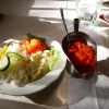 Ajvar und Beilagensalat in der Abendsonne