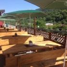 Foto zu JJ's Raugrund – Restaurant | Bar | Biergarten: neue Tische und Bänke im Biergarten