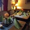 Gastraum mit herbstlich geschmückten Tischen