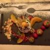 Panna cotta mit Pfirsichspalten und Kiwischeiben garniert