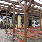 Foto zu Wirtshaus - Gstadt  am Chiemsee: erst das Haus, dann der langezogende Anbau mit Wirtsgarten