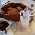 Foto zu Haus Gudesberg: Schwarze Oliven_Tapenade als Gruß aus der Küche