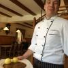 Der Blitzsaubere Koch mit Freude bei der Arbeit